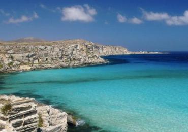 2. Cala Rossa, Favignana Questa meravigliosa perla siciliana è una delle cale più belle di Favignana ed è senz'altro la più famosa. Se infatti visitate quest'isola, la più grande dell'arcipelago delle Egadi, non potete non fermarvi in questa piccola baia dove i colori azzurri del mare si incontrano con le bianche pareti di tufo, dando vita ad uno spettacolo indimenticabile. Il mare è trasparente ed incorniciato da scogli di varie forme e dimensioni tra le cui insenature prende vita anche una piccola e affascinante spiaggia, formatesi recentemente con l'apporto di sabbia delle correnti, e che si può raggiungere in barca o via terra.