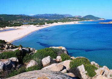 4. Su Giudeu, Domus de Maria, Sardegna L'ampia e spaziosa spiaggia di su Giudeu è il proseguimento di un altro gioiello della stessa baia, s'Aqua Durci, da cui è separata da una piccola scogliera rocciosa. Per poter ammirare tutto il litorale della baia, vi consigliamo una passeggiata verso il faro che domina l'estremità Sud Occidentale della Sardegna. Questa location spettacolare offre tantissime opportunità ai turisti che la scelgono come meta per le vacanze: non solo dispone di numerosi scogli appena sopra la superficie del mare che la rendono particolarmente adatta agli appassionati di pesca subacquea e di immersioni, ma è anche luogo di riposo per stormi di fenicotteri, motivo per cui è particolarmente apprezzata anche dagli amanti del bird watching. Al tramonto, inoltre, la spiaggia si anima di giovani e musica ed è quindi l'ideale per rilassarsi sulla sabbia con un aperitivo in compagnia degli amici.